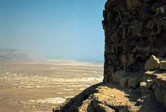 Mar Morto visto da Masada - 1980 (Alberto Cameroni) Tags: analog nikon analogue agfa masada e6 analogica diapositiva diapositive nikkormat metzada resistenza marmorto mezada primefilm primefilm7250pro³