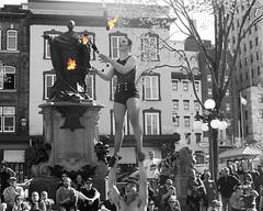 audrey la jongleuse ... (mariej55quebec) Tags: people blackandwhite bw woman white man black artist noir noiretblanc femme crowd foule blanc homme gens artistes vieuxqubec spectacle jongleur acrobates artistesderue amuseurs
