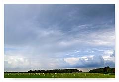 Wolkenlandschaft (Rolf Pahnhenrich) Tags: wolkenhimmel heuballen strombergerschweiz canoneos1dxmarkii rolfpahnhenrich himmel landschaft wolken wolkenlandschaft wolkenparadies wolke feld landscape