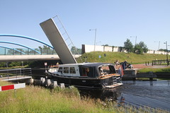 boot vaart onder de brug door in Assen (willemsknol) Tags: assen vaart recreatievaart willemsknol
