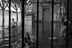 Paris je t'aime. (stephane.desire) Tags: paris eau inondation jeune jongleur
