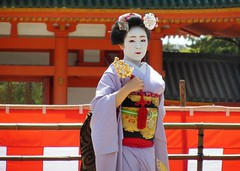 Special dance performace at Heian Shrine (logroll) Tags: japan fan dance kyoto shrine performance maiko geisha kimono gion matsuri  heianjingu miyagawacho   koyoshi
