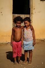 Crianas 2 (Drica Melo - DM) Tags: sol brasil casa interior porta abrao seca terra crianas pernambuco quente nordeste calor pobreza serto