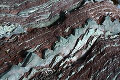 Monster rock (DJ Axis) Tags: red mer green rock stone rouge vent soleil pattern marin caps coucher vert du national québec maritime limestone layer et marron parc saintlaurent rocher oiseaux roche bic montagnes îles fleuve marins calcaire baies couche estuaire anses rocheux