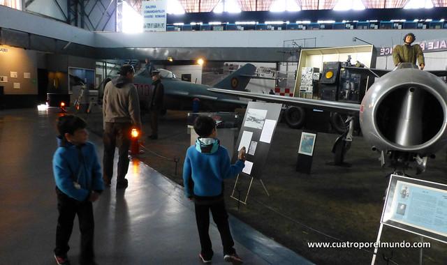 Visitando los hangares interiores del museo