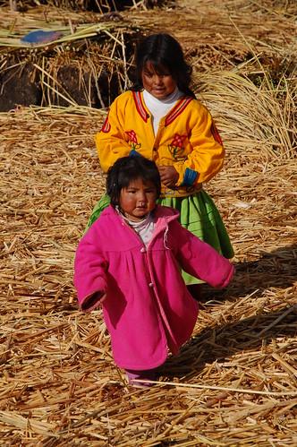 """Peru - Puno - pływające wyspy na jeziorze Titicaca - lud Uros-dzieciaki <a style=""""margin-left:10px; font-size:0.8em;"""" href=""""http://www.flickr.com/photos/125852101@N02/15921035353/"""" target=""""_blank"""">@flickr</a>"""