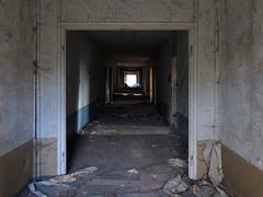 Verlassene Schule (.patrick.) Tags: ddr korridor dunkel schule verlassen flur urbex verfall geschlossen lostplace leerstehend