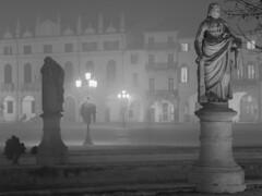 lumi luminari  e illuminazione (conteluigi66) Tags: statue luci nebbia statua notte lampioni lampione padova buio pratodellavalle illuminazione luigiconte