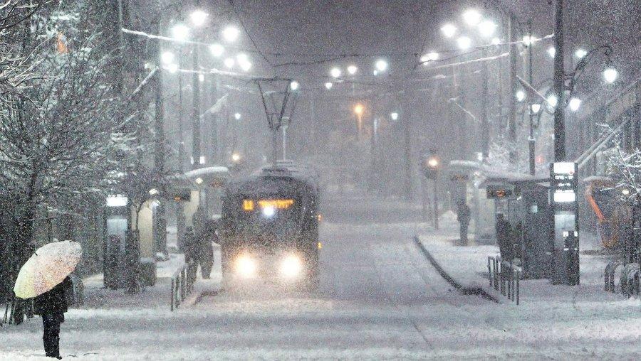 Трамвай в центре Иерусалима в метель. Фото: Israel 21st Century