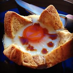 ขนมปังไข่อบมีขายด้วย ที่ร้านเขาตั้งชื่อว่าไข่เอเลี่ยน ในราคาชิ้นละ 15 บาท อร่อยใช้ได้เบย @เจียงใหม่ไข่คอร์เนอร์ #ยั่วยามดึก