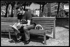 Vie de chien ! (Maestr!0_0!) Tags: street people dog chien white black canon noir candid rue blanc