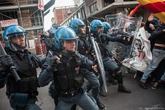 Sgombero di via Irnerio (Zeroincondotta) Tags: casa usb bologna polizia manifestazione resistenza scontri sgombero viairnerio asiausb dirittoalalcasa
