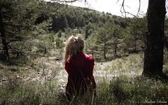 A la espera del lobo // Wolf waiting (Cazadora de Fotos) Tags: trees red naturaleza girl forest libertad waiting arboles free natura riding bosque hood lobo esperando roja caperucita