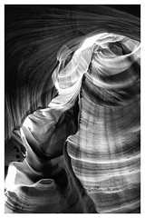 Antelope Canyon . b&w (:: Blende 22 ::) Tags: light shadow red arizona blackandwhite bw usa white black monochrome canon blackwhite rocks unitedstatesofamerica canyon redrocks amerika lightshadow antelopecanyon graben einfarbig canoneos50d canoneosd