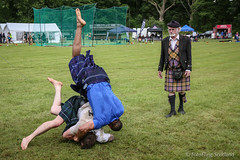 Leg's Up ! (FotoFling Scotland) Tags: male scotland kilt argyll event wrestler lochlomond highlandgames kilted luss williambaxter scottcarson scottishwrestlingbond wrestlingbond lusshighlandgames lussgathering