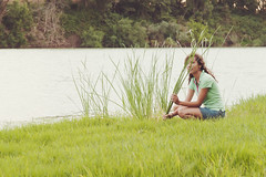 (Henri Railowsky) Tags: portrait espaa woman green nature girl grass river spain sitting retrato bank olympus ebro 50200mm zuiko e500 50200mmed