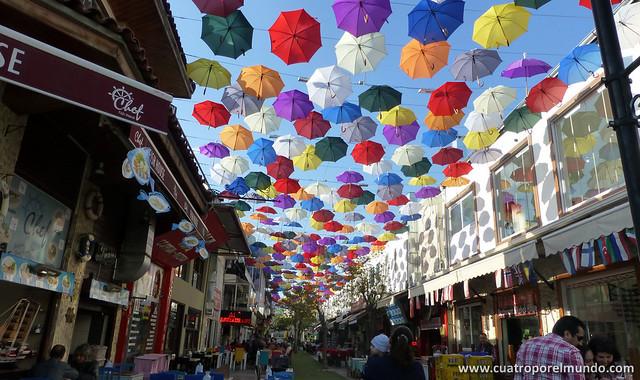 Calle de los paraguas de colores