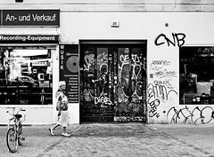 music // berlin friedrichshain (Das halbrunde Zimmer) Tags: street city urban bw music woman berlin canon 50mm europa europe streetphotography stadt schwarzweiss friedrichshain blackandwhitephotography