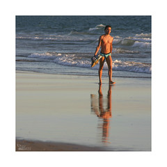 Playeando... (ngel mateo) Tags: sunset espaa man reflection look atardecer andaluca shoes waves playa zapatos paseo cap shore reflejo gorra shorts bathing mirada cdiz stroll olas hombre baador orilla calzoncillos playadelabarrosa ngelmartnmateo ngelmateo