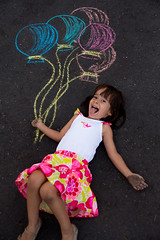 IMG_5498-3 (Eric Graffe) Tags: street playing girl chalk child drawing sidewalk ballons globos tiza