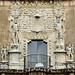 La facciata della Casa de Montejo che rappresenta conquistatori spagnoli che calpestano le teste dei vinti indigeni