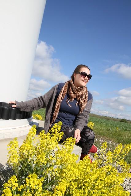 Kvinde ved foden af vindmølle