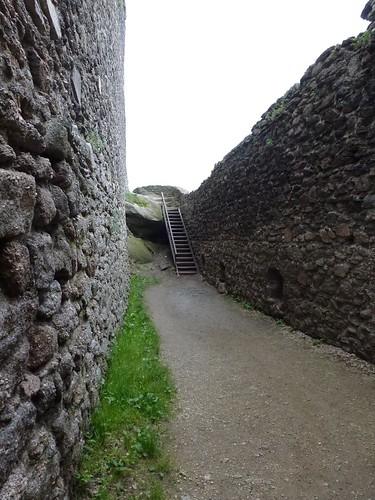 Ścieżka wzdłuż murów zamku górnego na Zamku Chojnik w Sobieszowie