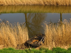 Vijfhuizen. (~Ingeborg~) Tags: vijfhuizen kunstfortvijfhuizen gras grass riet reed water boat boot reflections zonnigelentedag sunnyspringday sun reflectie meinge inexplore