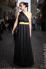 IMG_4682 (traccediscatti) Tags: donna persone giallo nero abito sera ragazza lungo modella abbigliamento vestito eleganza acconciatura