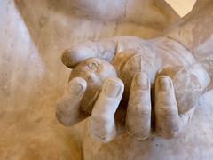 dans la main d'hercule (canecrabe) Tags: sculpture main jardin muse naples travaux pomme hercule hesprides farnse