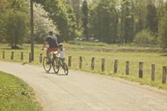 Daddy's weekend (sonia.sanre) Tags: road trip summer naturaleza sun green sol nature bike ruta kids children daddy focus dad weekend sunny paseo verano bici papa unfocus
