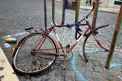 Sembra quasi di essere a Bologna... :) () Tags: street bike photography photo foto photographer photos lisboa lisbon sony fotografia capodanno stefano fotografo lisbona bicicletta rotta 2014 trucco rx100 zush stefanotrucco