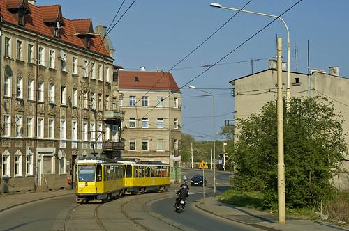 Der Tatra-Zug 1205/1206 schlängelt sich durch die Straßen von Golęcin