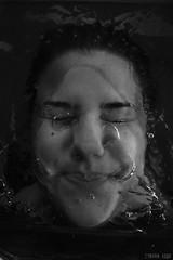 7 - Lquido - La otra cara (cynthialuque1) Tags: blancoynegro blanco agua y gente retrato bajo negro autoretrato el buceo burbujas liquido monocromtico surrealista bajoelagua sumergida cynthialuquephoto