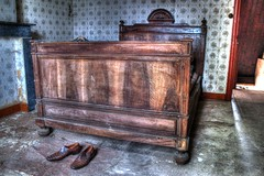 Mangez des saint jacques (urban requiem) Tags: old urban house vintage lost bed bedroom shoes belgique decay zimmer belgi lit exploration maison chambre derelict hdr abandonned chaussures verlassen boon ancien urbex abandonn verlaten 600d chambrecoucher maisonboon