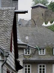 La gargouille, les toits, le château, Montjoie, Eifel, arrondissement d'Aix-la-Chapelle, Rhénanie du Nord-Westphalie, Allemagne. (byb64) Tags: city houses tower castle germany deutschland town europa europe torre tour village maisons tetti eu ciudad case eifel roofs aachen alemania nrw slate turm casas dach allemagne château ardoise nordrheinwestfalen monschau ville gargouille germania burg citta ue toits colombages pizarra fachwerkhaus roer techos schiefer northrhinewestphalia rfa hausen montjoie halftimberedhouses ardesia renaniadelnortewestfalia rhénaniedunordwestphalie maisonàcolombages renaniasettentrionalevestfalia kreissaachen