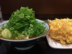 Curry udon with a mixed vegetable tempura from Marugaeme Seimen @ Roppongi (Fuyuhiko) Tags: from tokyo udon  mixed with curry vegetable roppongi  tempura    seimen   marugaeme