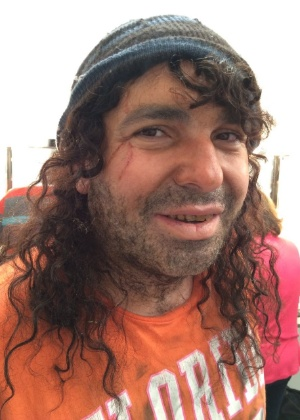 Após Geisy Arruda, Gottino se veste de morador de rua com gorro e peruca