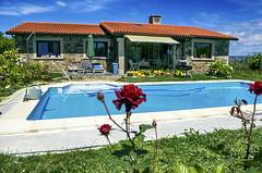 Esos agradables das de Verano... (Leo ) Tags: flores verde azul relax casa rojo agua corua rosa galicia cielo verano jardn hierba aromas
