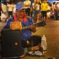 ภาพเก่าหยิบมาเล่าใหม่ : นักดนตรี ที่ถนนคนเดินวัวลาย ถ่ายเมื่อวันที่ 27 ตุลาคม 2550