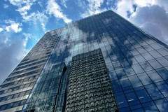 La Dfense, reflet, nuages (Les 3 couleurs) Tags: paris reflection architecture clouds nuages iledefrance reflets immeuble ladfense