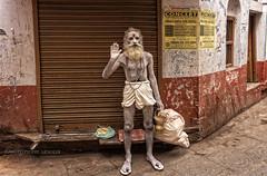 VARANASI : NAGA SADHU DANS UNE RUELLE (pierre.arnoldi) Tags: varanasi ruelle sadhu inde naga photoderue photocouleur photooriginale