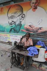 Sous le portrait du Mahatma Gandhi (Chemose) Tags: india canon eos january gandhi 7d janvier tamilnadu inde southindia mahatma madura indedusud