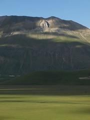 Monte Vettore (Fraser P) Tags: flowers italy mountains primavera landscape spring umbria castelluccio pianogrande fiorita