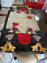 trilho de mesa cOcs... (Ma Ma Marie Artcountry) Tags: chicken galinha patchwork cozinha galinhas cocs trilhodemesa galinhacountry