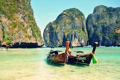Longtails (fhmolina) Tags: praia beach thailand bay long phi phiphi maya tail playa thai koh kohphiphi longtail thebeach tailândia 2014