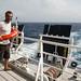 Em alto mar, Roy e sua bóia salva-vidas