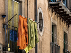 Balcon sicilien (Lucille-bs) Tags: europe italie italy italia sicile sicily nicosie couleur balcon linge lessive balai fentre
