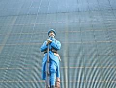 Centenaire de la Grande Guerre (JDAMI) Tags: blue france monument nikon bleu 80 tamron toit glise 1418 picardie centenaire uniforme morts 1916 somme d600 fusil hros soldats 2470 poilus grandeguerre tles batailledelasomme estresdniecourt