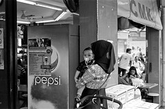 Cute eyes (Jeanhom Chen) Tags: street leica bw blackwhite singapore kodak tmax summicron m6 502 400tmy